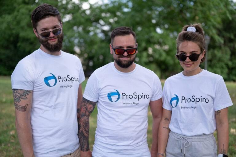 3 Pflegefachkräfte mit Sonnenbrillen vor einem grünen Hintergrund